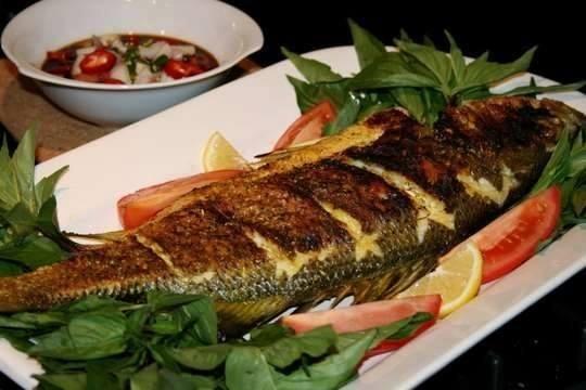 صورة السمك المشوي بالفرن , طريقة شوي السمك في الفرن لنجلاء الشرشابي