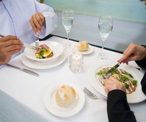 صورة الاتيكيت في الاكل , اصول الاتيكيت اثناء تناول الطعام