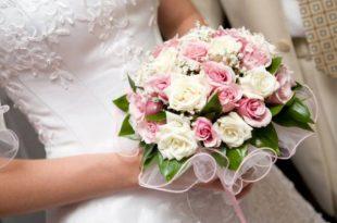 صور صور مسكات ورد , اروع خلفية بنات مسكة باقات زهور