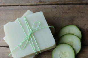 صورة صابون طبيعي للوجه , كيفية استخدام الخيار لصنع صابون طبيعي